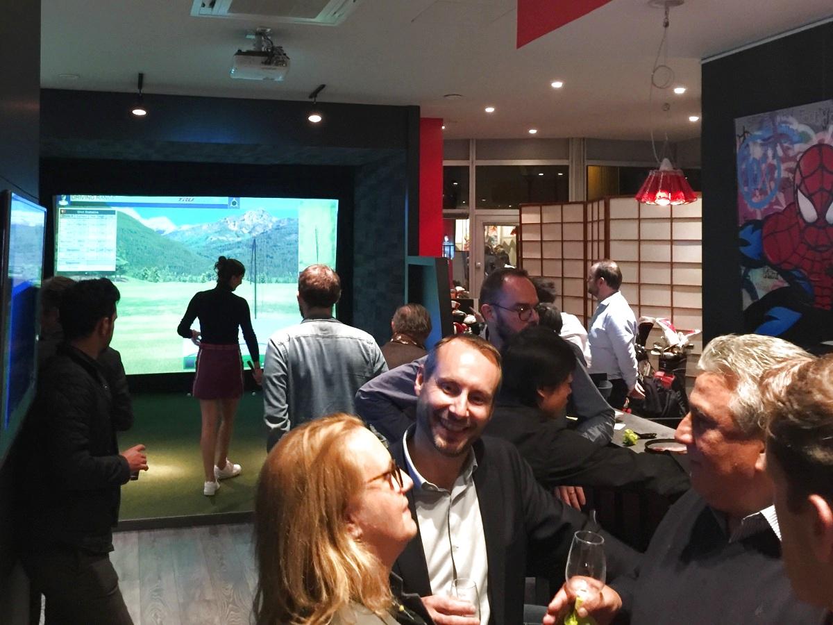 événement d'entreprise avec golfeuse professionnelle sur simulateur